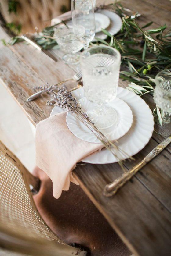 mesa posta com guardanapo rosa