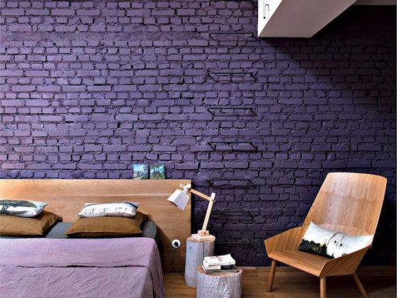quarto com parede sem reboco pintada de roxo