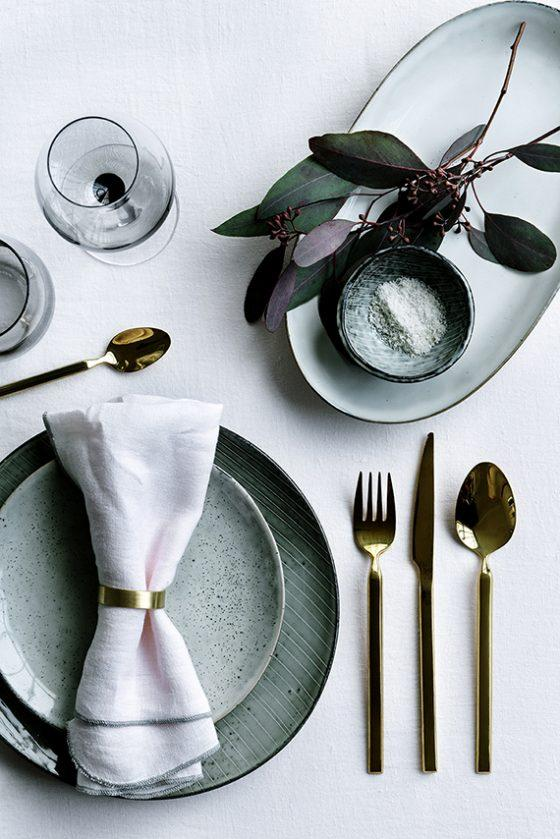mesa posta com mix de pratos verdes