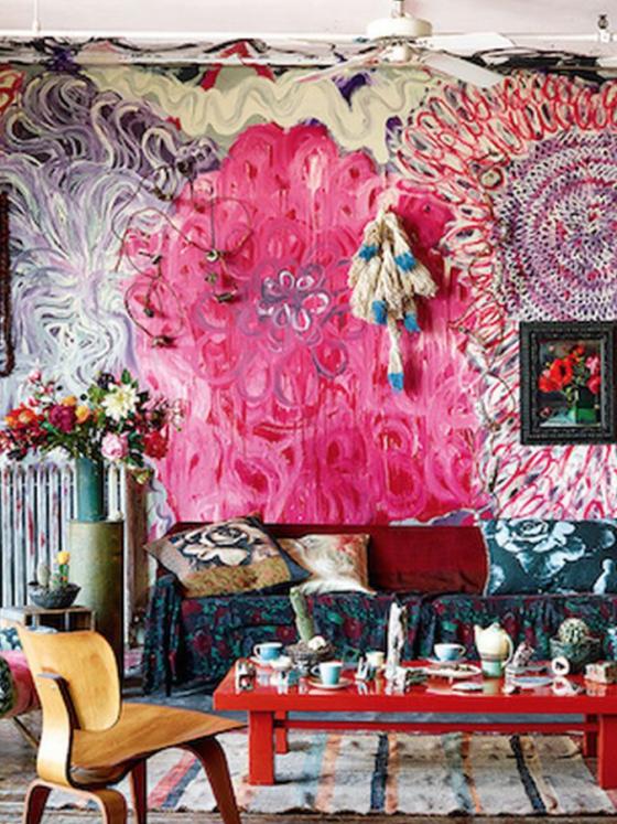 living maximalista com móveis coloridos, muitas estampas e pintura rosa