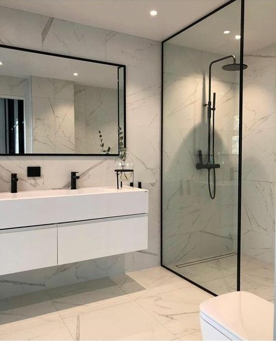 banheiro minimalista todo branco com carrara e metais pretos