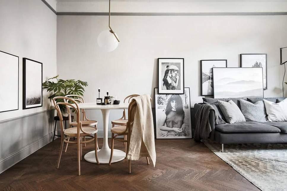 living com quadros empilhados e sala de jantar