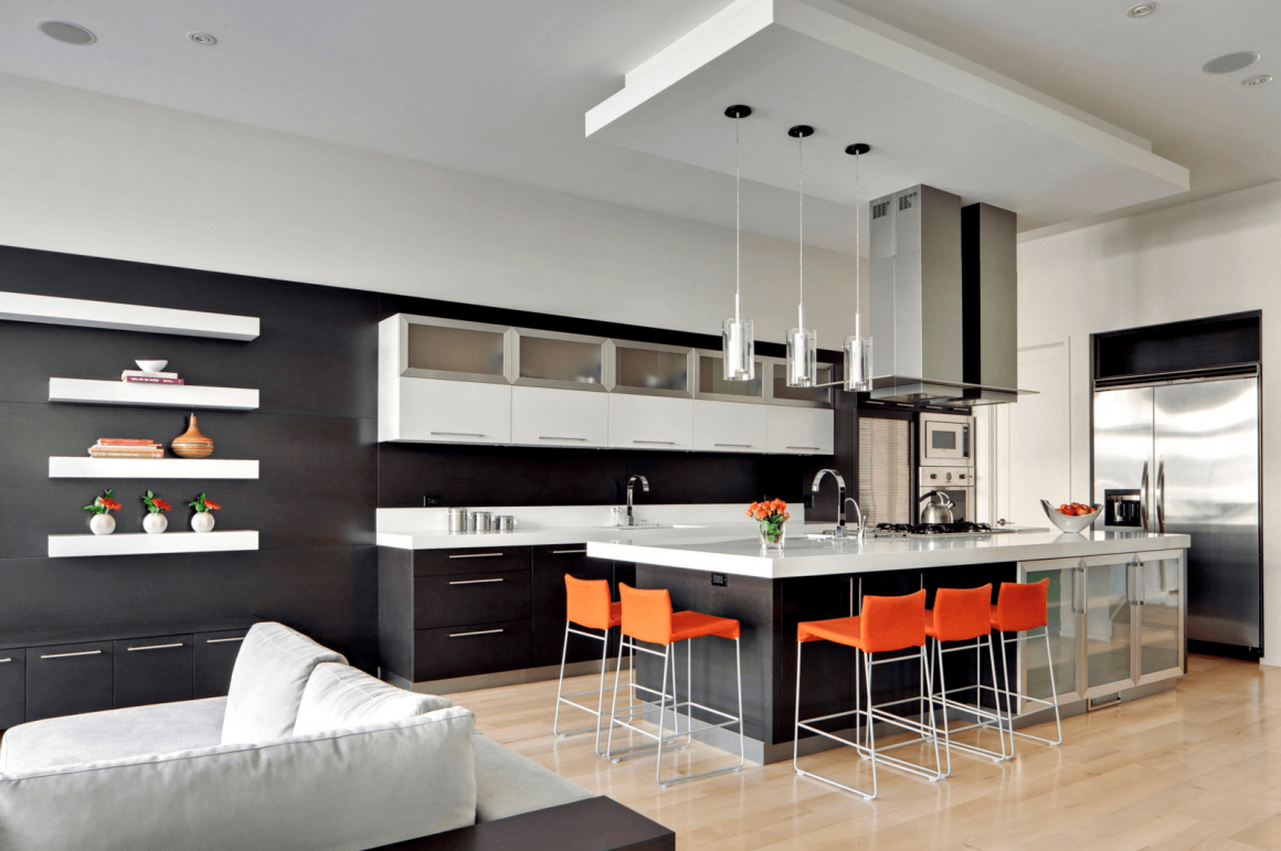 ambiente de cozinha integrado com a sala, tudo preto e branco com cor apenas nas banquetas