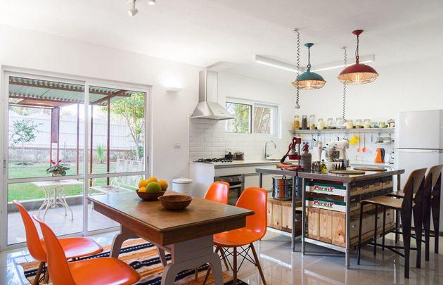 cozinha retro mistura com industrial com cadeira eames laranja