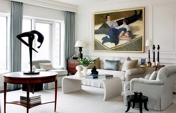 living neoclassico com paredes com molduras e obras de arte