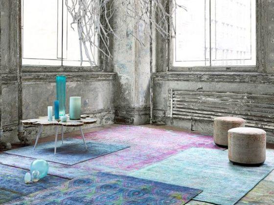 sobreposição de tapetes estampados com lilas