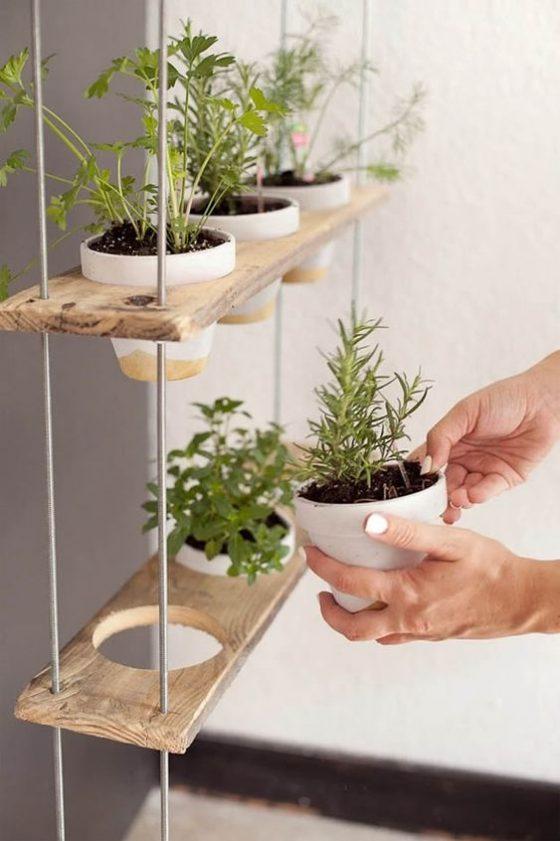 horta suspensa com prateleiras de madeira e corda
