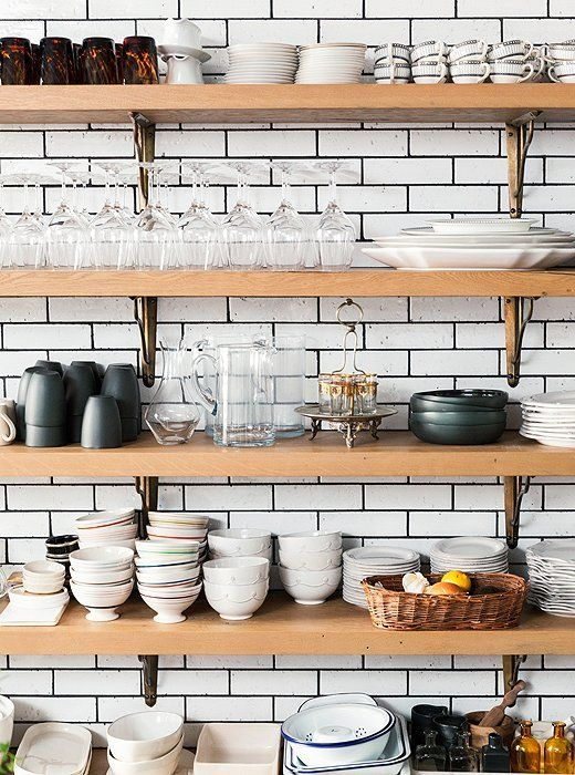 cozinha open shelving revestida com subway tiles