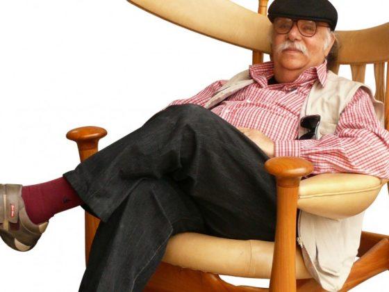 sérgio rodrigues sentado na cadeira chifruda