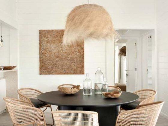 sala com lustre e cadeira handmade