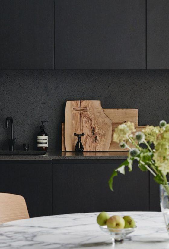 cozinha com marcenaria preta.