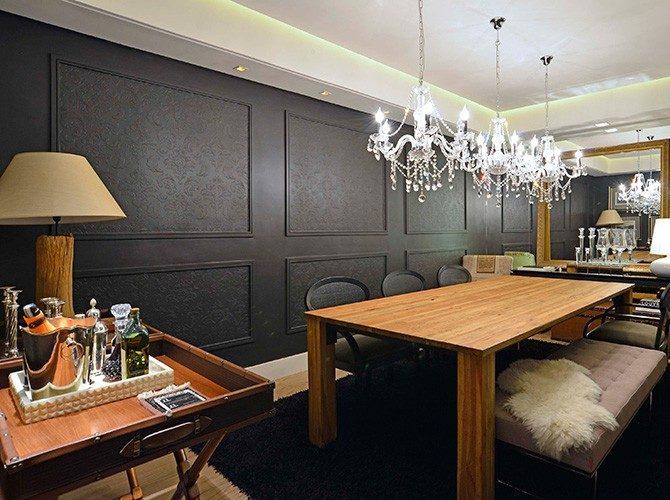 parede preta com boiserie e lustre de cristal