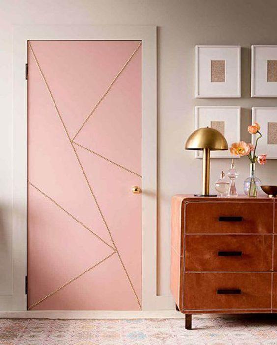 porta rosa com detalhes geometricos