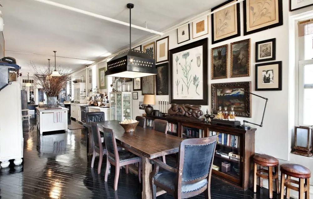 sala de jantar maximalista com muito quadros e pendente grande