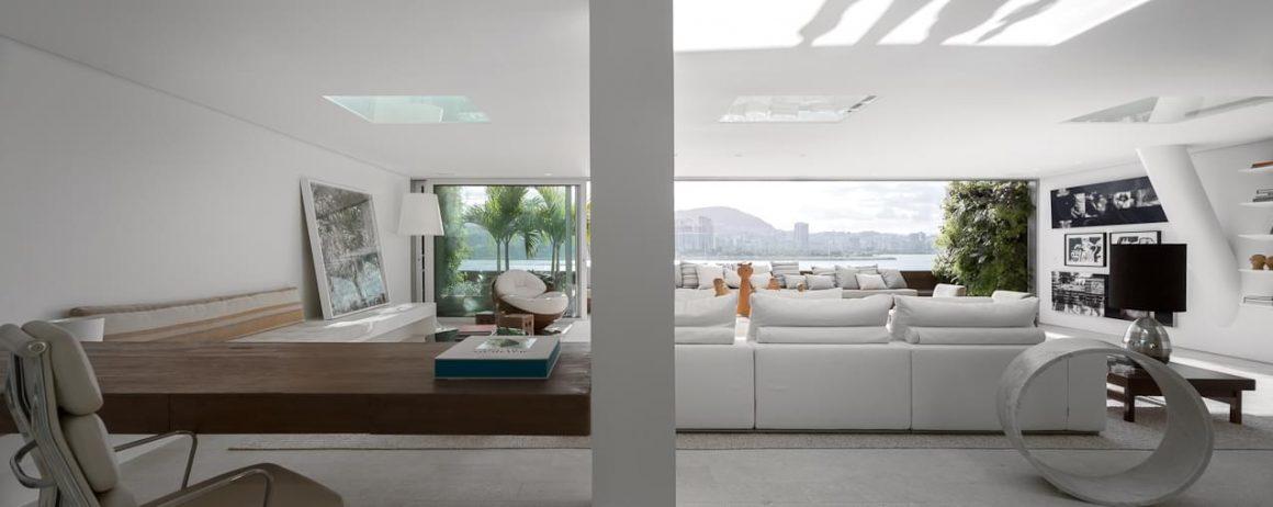 estar super iluminado projetado por arthur casas no apartamento urca
