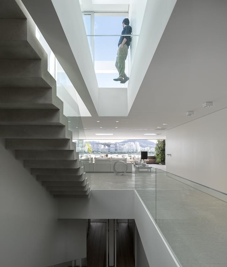 bloco de circuração com iluminação zenital projetada por arthur casas no apartamento urca