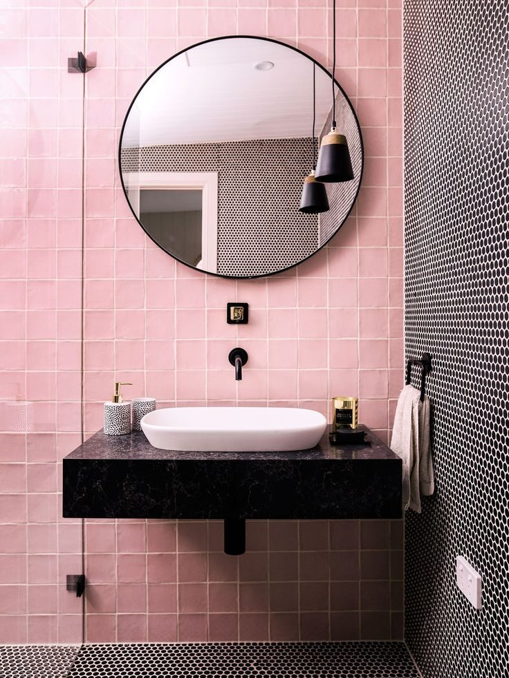 banheiro minimalista com azulejo rosa