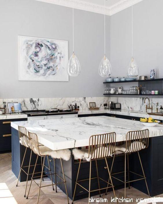 cozinha com banquetas douradas metalizadas