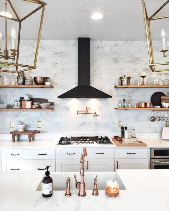 cozinha em mármore,banco e preto e metalizados