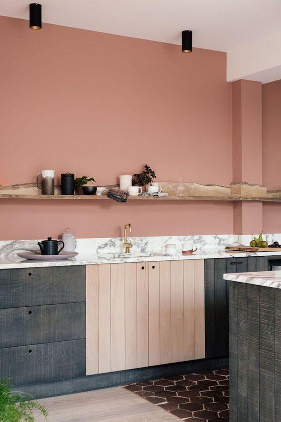 cozinha com parede pintada em tom terroso alaranjado.
