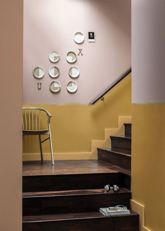 escada com meia parede em um tom terrosos: o mostarda