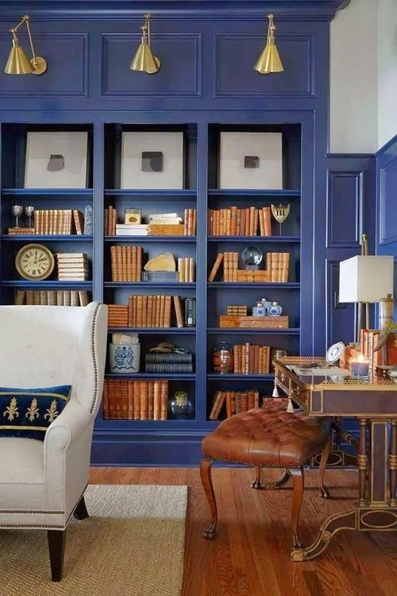 ambiente clássico com nichos de livros