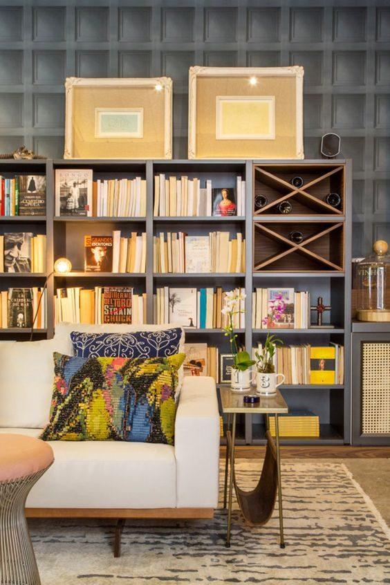 estante com mix de objetos e livros