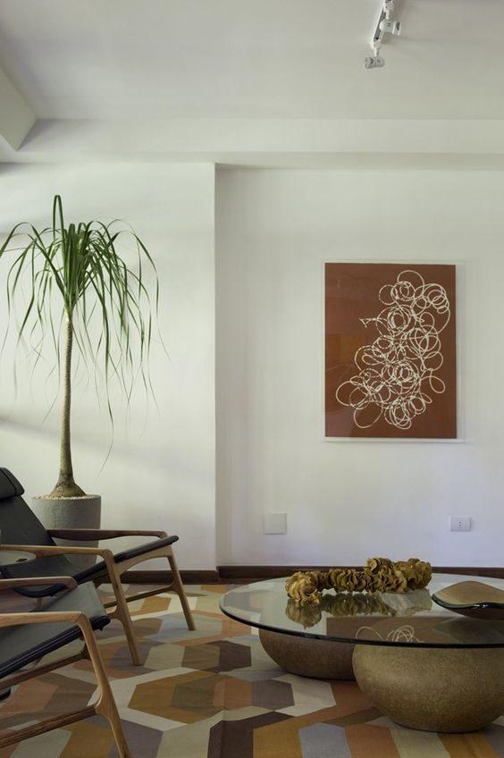 sala de estar com decoração em tons terrosos alaranjados.