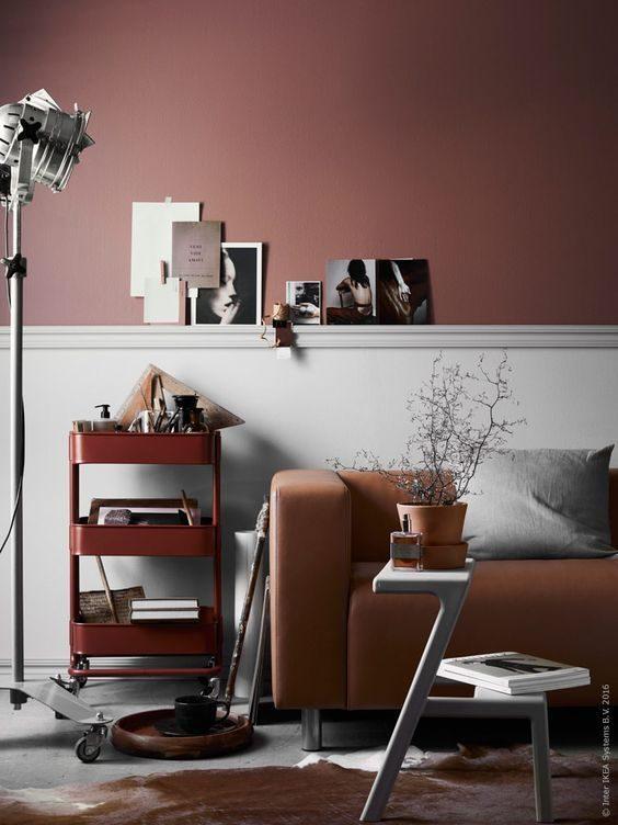 parede, sofá e carrinho em tons terrosos na sala de estar!