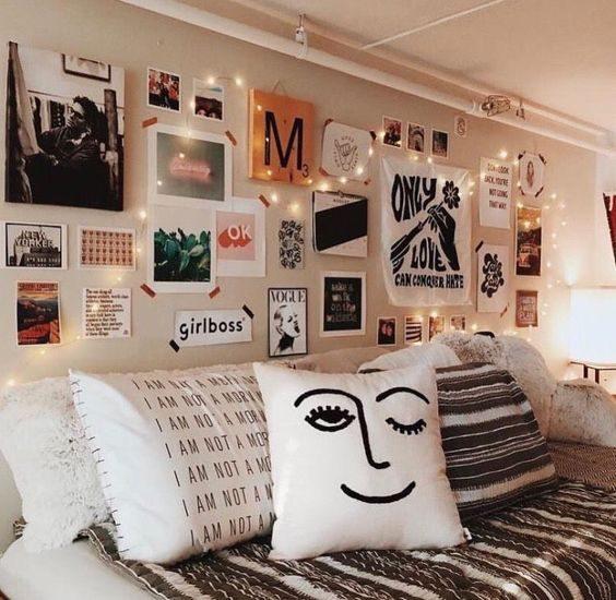 cordão de luz misturado com quadros na parede