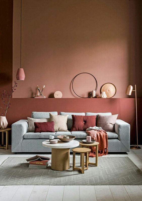 sala de estar com paredes em tons terrososs