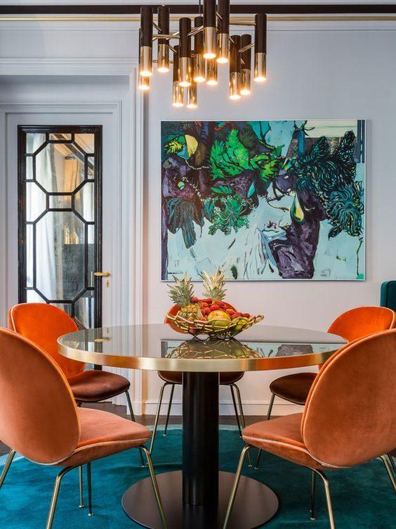 sala de jantar colorida e acessórios metalizados