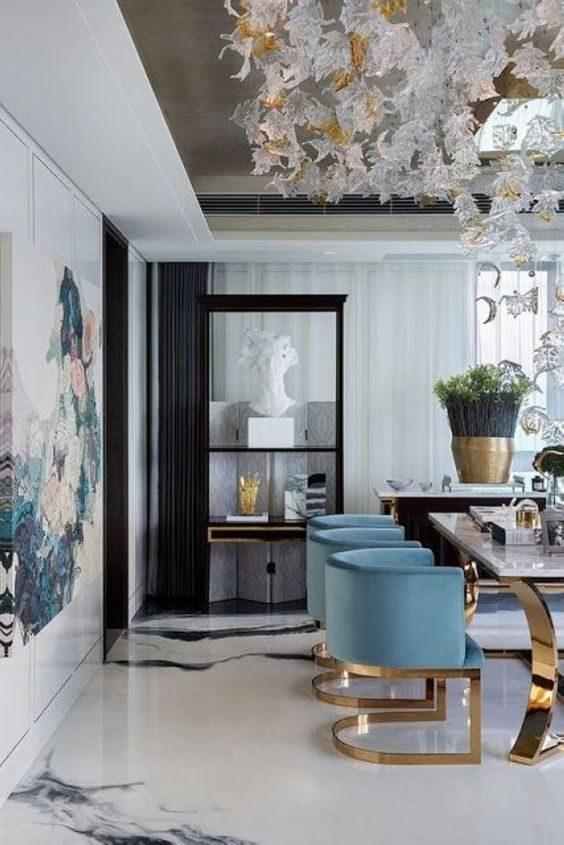 sala de jantar em mármore e detalhes dourados