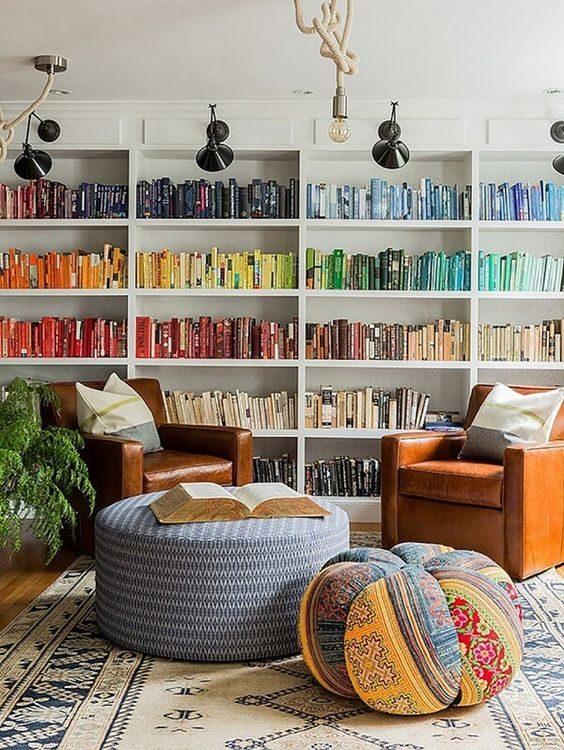 nichos com livros dispostos por cor