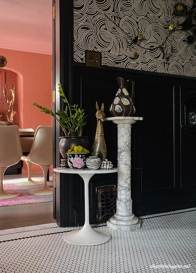 paredes com molduras e móveis modernos