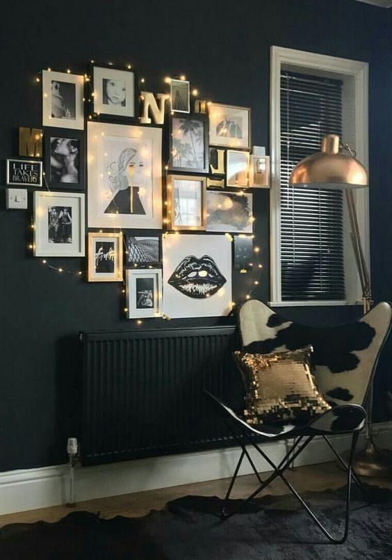 quadros misturados com cordão de luz em parede