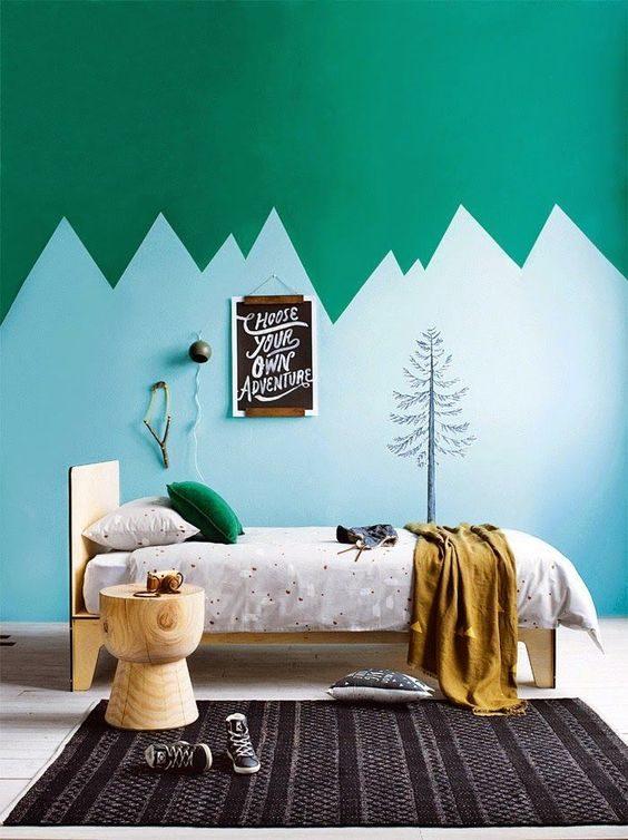 parede geométrica multicolorida em quarto infantil