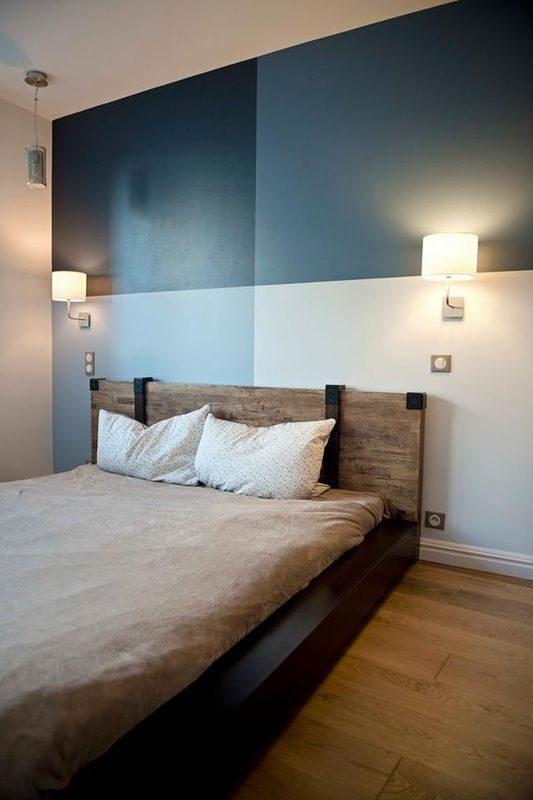 parede geométrica em tons de azul para o quarto de casal.