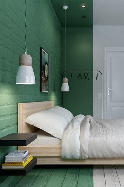 quarto com lista vertical verde na parede.