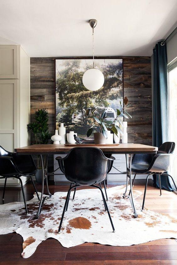 decoração de sala de jantar com cadeiras em preto.