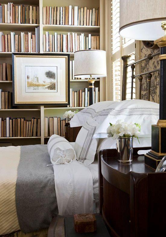 quarto com estante de livros de lombada escondida