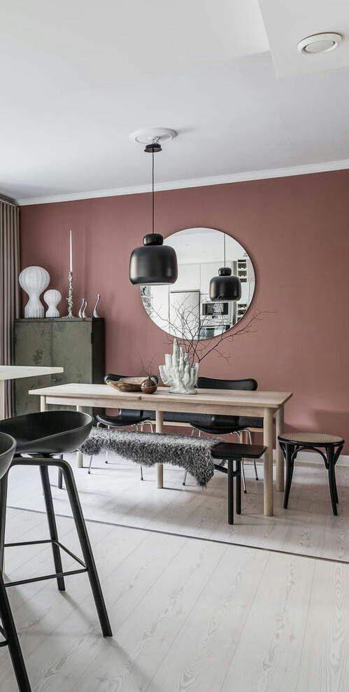 sala de jantar com parede em tom terroso rosado.