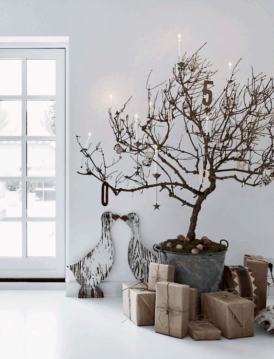 árvore de natal de galho seco estilo escandinavo