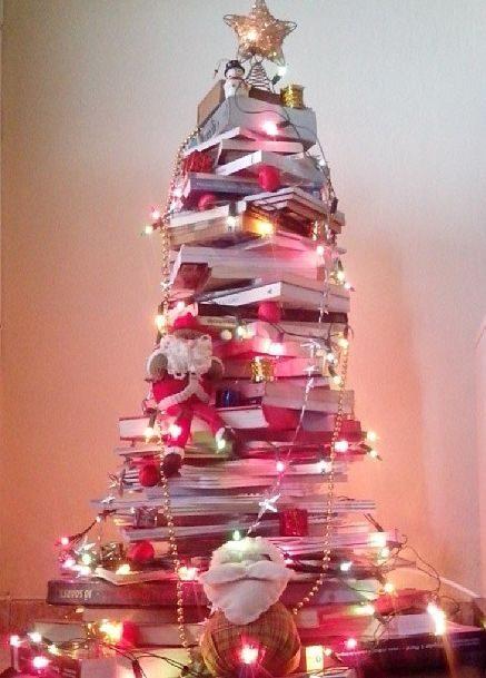 árvore de natal feita com livros vermelha