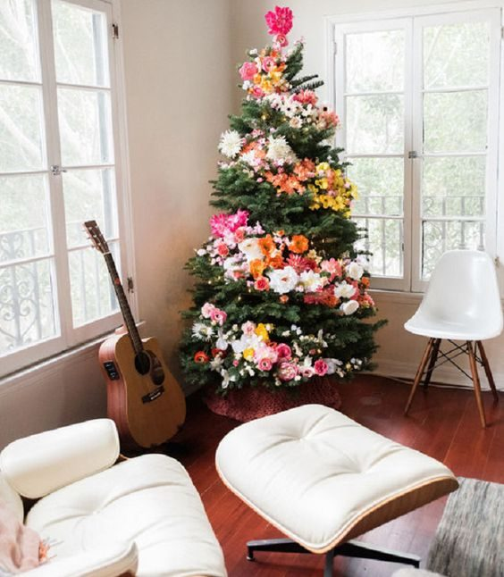 árvore de natal decorada com flores no estilo bloco