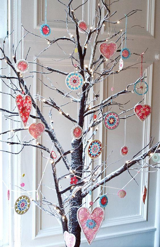 árvore de natal de galho seco decorada com enfeites coloridos