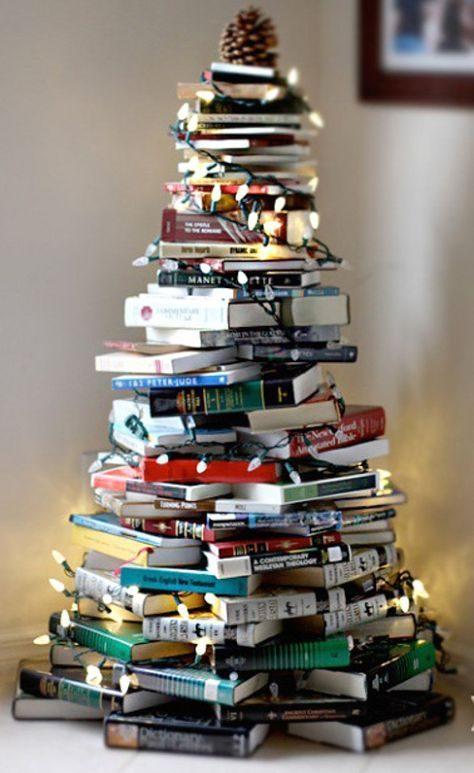 árvore de natal de livros empilhados