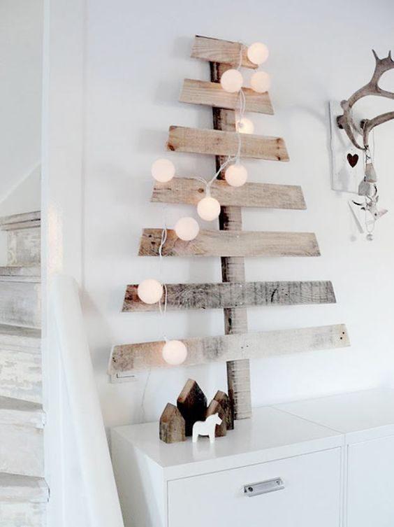 árvore de natal feita em ripas de madeira