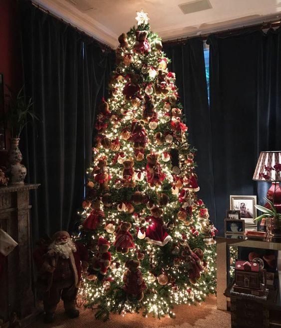 árvore de natal tradicional e iluminada