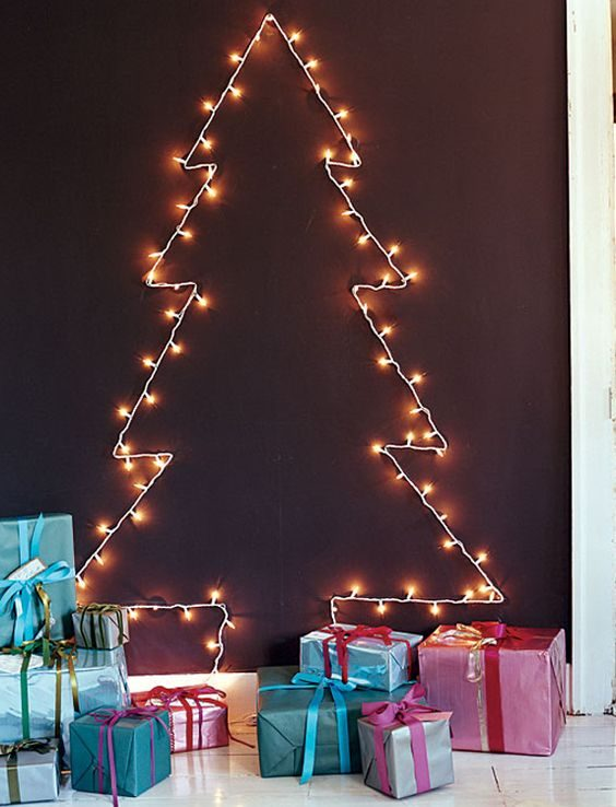 silhueta de árvore de natal feita com luzinhas